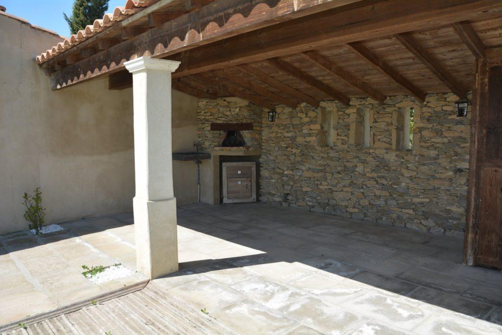 Villa avec piscine à Carcassonne - lac de la Cavayère - terrasse d'été couverte avec four à pizza