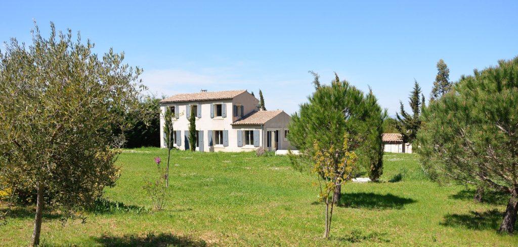 Villa avec piscine à Carcassonne - lac de la Cavayère - vue depuis le jardin