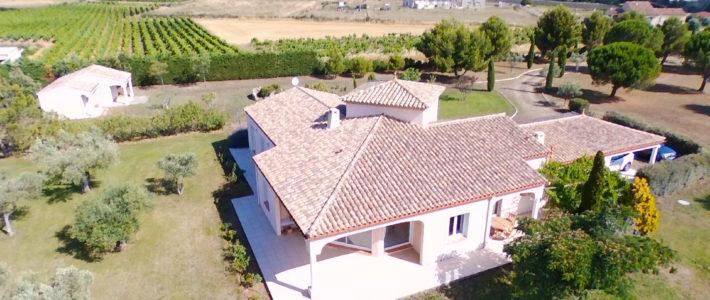 Villa à vendre sur 9000 m² de terrain, à 10 minutes au sud de Carcassonne – vidéo drone
